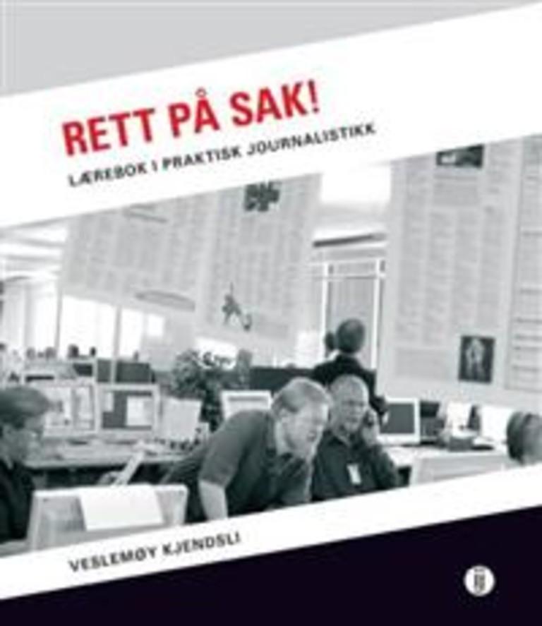 Rett på sak! : lærebok i praktisk journalistikk