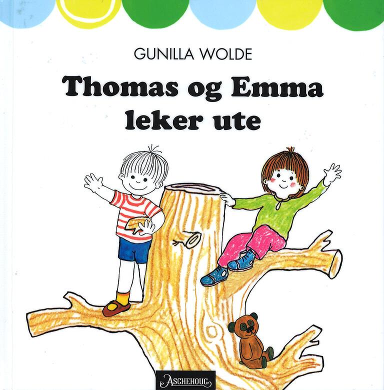 Thomas og Emma leker ute