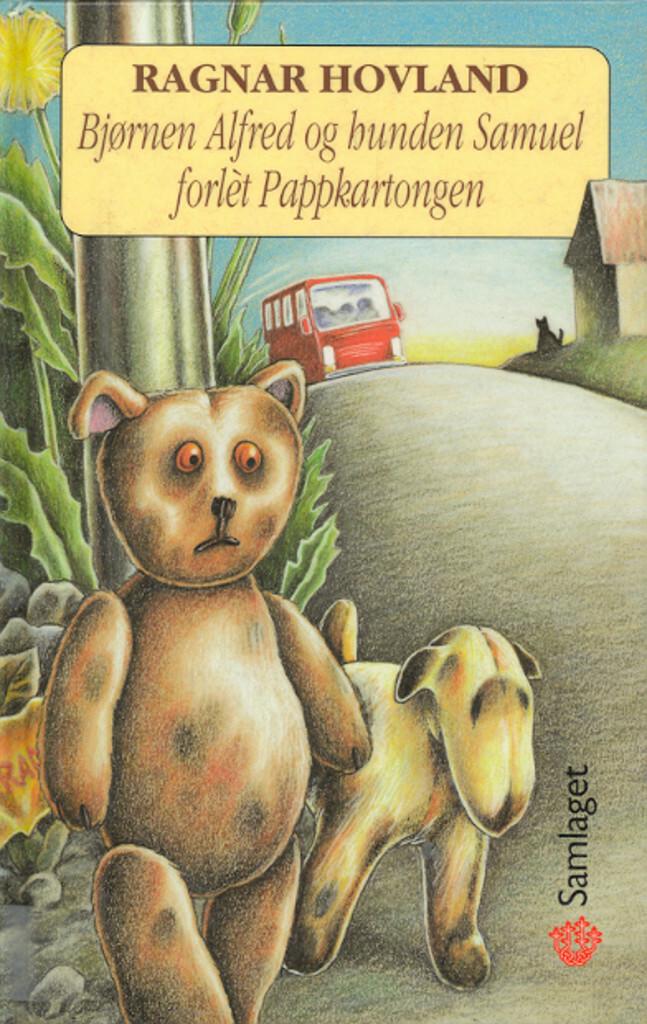Bjørnen Alfred og hunden Samuel forlèt pappkartongen